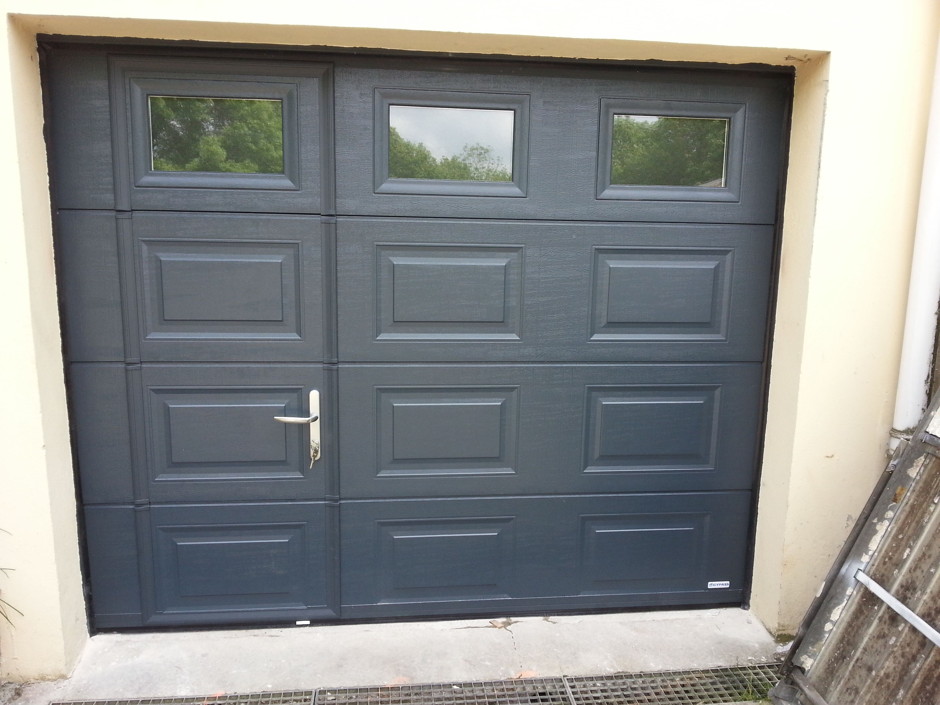 Porte sectionnelle garage avec portillon for Porte de garage basculante en aluminium